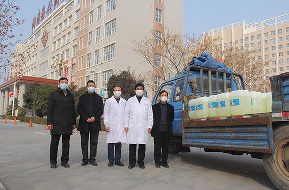 王总和李经理等同事将购买的一批84消毒液送往内黄县人民医院 - 副本