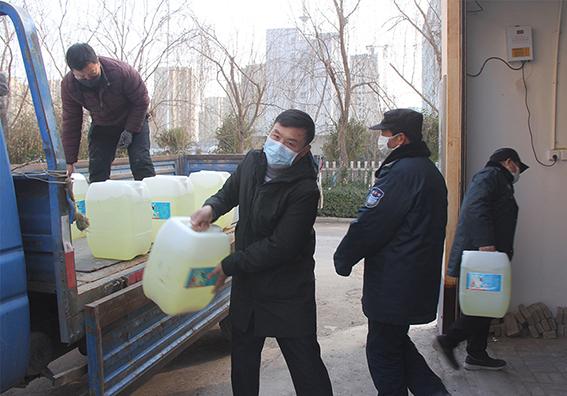 李经理和同事把消毒液分送各大住宅小区,让他们对电梯进行消毒,